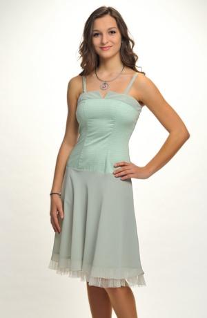 Šaty korzetového střihu mají elastické tělo se vzorem.