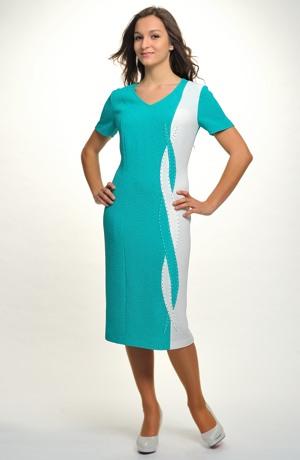 Elegantní kostýmek v jemné pastelové barvě