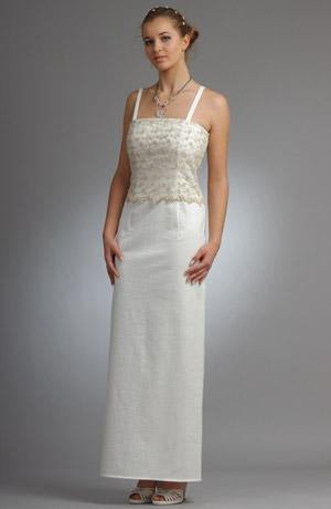 Úzké stříbrnobílé elastické svatební šaty.