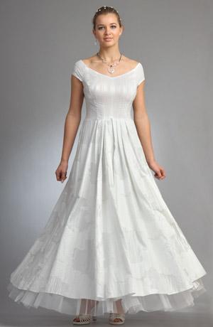 Dlouhé svatební šaty s bohatě řasenou sukní.
