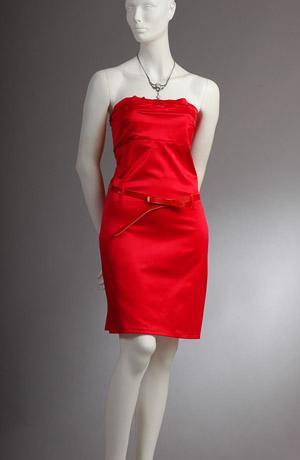 Červené šaty bez ramínek vhodné i do tanečních