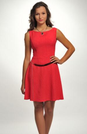 Červené šaty na svatbu s kolovou sukní
