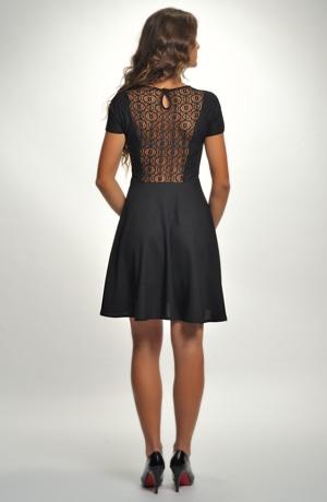 Černé dívčí šaty do tanečních s krajkovým sedlem.