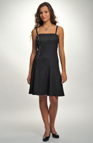 Černé dívčí taneční šaty z mačkaného materiálu s výraznou aplikací