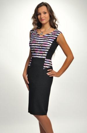 Pouzdrové šaty s děleným sedlem a s volánky