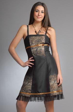 Dámské minišaty s potiskem připomínajícím voskovou batiku na šantungu.