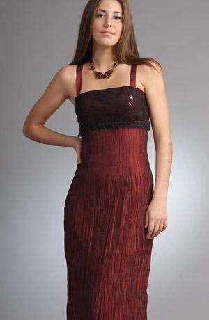 Šaty na ples vhodné i pro větší velikosti. Šaty jsou z krešovaného taftu s tylovým sedlem. Sedlo je ještě zdobené černou kožešinovou portou s lurexem.
