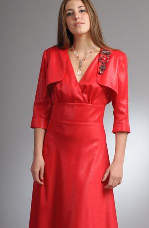 Šaty s vysokým pasem a širokou sukní s tylovou spodničkou.