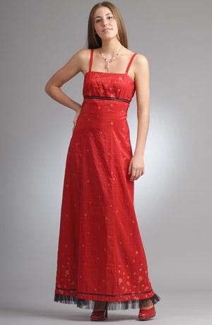 Červené princesové šaty na ramínka s mašličkou pod prsy.