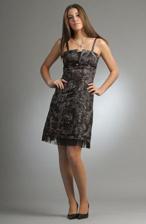 Dívčí šaty s výšivkou květu mají na povrchu pogumované pruhy.