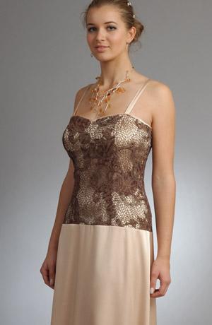 Korzetové šaty s prodlouženým živůtkem a krajkou.