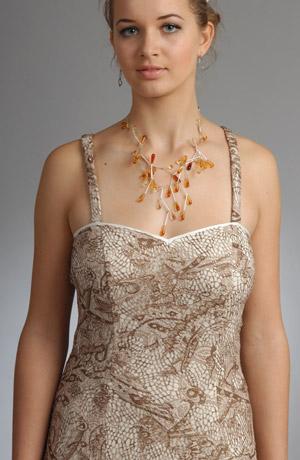 Ramínkové šaty s volánem a lesklou saténovou spodničkou.