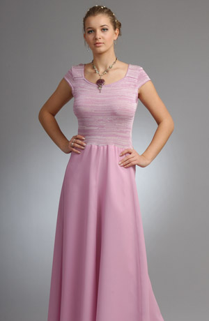 Šaty s pleteným živůtkem a šifonovou sukní lichotí postavě.