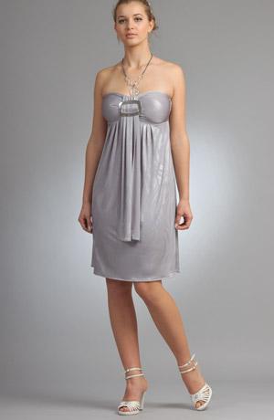 Mladistvé šaty s velkou stříbrnou sponou na sedýlku.