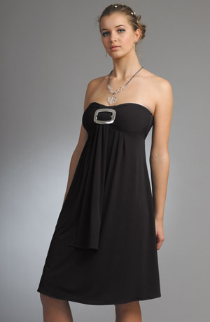 Černé dívčí společenské šaty se stříbrnou sponou