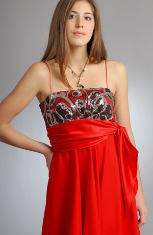 Krásné šaty ve stylu babydoll mají výrazné flitrové sedlo.