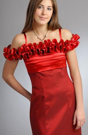 Elegantní společenské šaty v tulipánové siluetě se sklady na sedle můžou být navíc dozdobeny kolem výstřihu a ramen efektním skládaným volánkem.