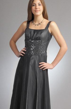 Plesové šaty korzetového střihu mají zdobené sedýlko s náběry.