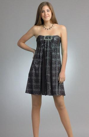 Dívčí koktejlové šaty s řasením a velkou stříbrnou sponou.