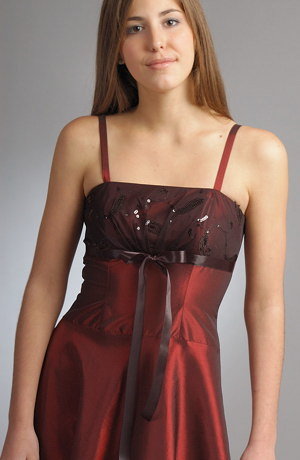 Šaty jsou korzetového střihu na prsou zdobené tylem a stuhou.