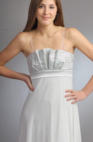 Svatební šaty s bohatou kolovou sukní z jemného šifónu,který splývá a nádherně se řasí, mají sedlo zdobené vějířem z pevné látka protkávané kovovým vláknem.