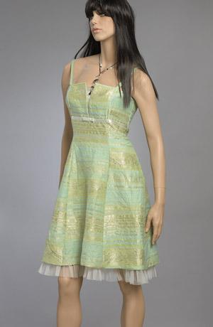 Pastelové minišaty z krešované tkaniny s žakárovým vzorem do pruhu. Zajímavý materiál, tylový lem na spodničce, šněrování na zadním díle a otevřené sedýlko podložené saténem dodává šatům sváteční ráz. Barevné provedení v