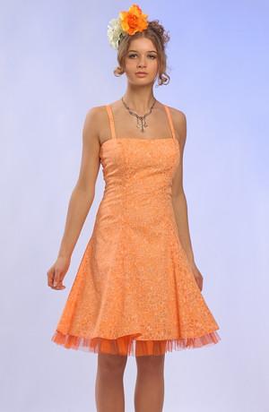 Letní šaty v duchu 50.let v pastelové barvě s dezénem drobného bílého kvítku mají zvýraněný pas a bohatou sukni se vsadkama. Bohatou sukni podtrhuje ještě spodnička z tylu v barvě šatů. Jsou vhodné i na maturitu nebo na svatbu.