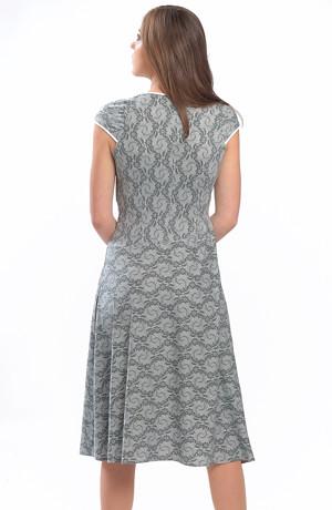 Elastické letní šaty s řasením a s jemným krajkovým vzorem.