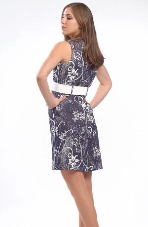 Dámské riflové šaty s bílým páskem a modrobílým vzorem.