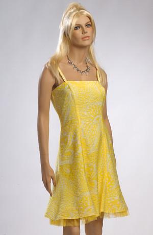 Dívčí krátké žluté plesové šaty jsou vhodné i do tanečních.