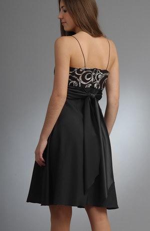 Krátké společenské šaty se tylem řaseným na sedýlku.