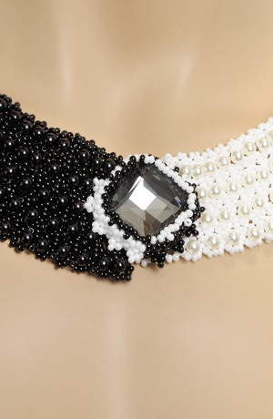Náhrdelník z korálků k jednoduchým černým šatům.