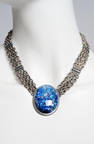 Silný postříbřený náhrdelník s oválným přívěškem
