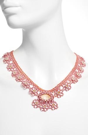 Náhrdelník z malých růžových korálků