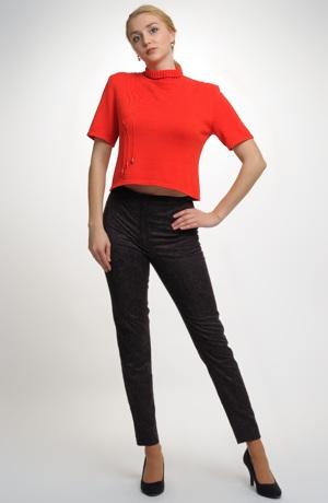 Dámský pletený svetřík s malým rolákem k úzkým kalhotám.