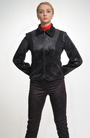 Pletená bunda s potiskem hadí kůže a se zapínáním na zip.