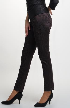 Společenské kalhoty s úzkými nohavicemi z pružného materiálu