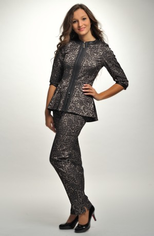 Dámský elegantní kalhotový kostým z žakáru