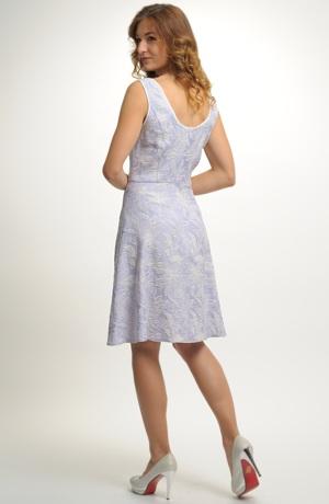 Modní šaty fialkové barvy vhodné pro vyšší postavy