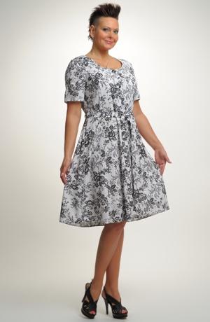 Letní šaty s jemným módním vzorem v duchu 50. let