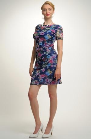 Pouzdrové šaty zdobené tylem s potiskem kytiček