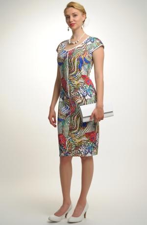 Mladistvé šaty s úžasným grafickým vzorem motýlů