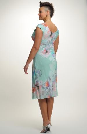 Společenské šaty v módním vzoru velkého pastelového květu