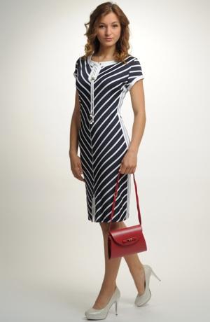 Pruhované šaty na léto i do společnosti