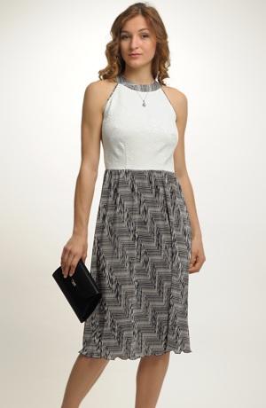 Šaty s plisé sukní