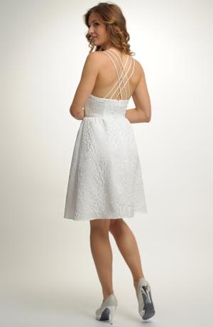 Krátké svatební šaty s ramínky za krk.