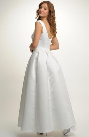 Dlouhé svatební šaty zdobené sklady na sukni a stažené portou