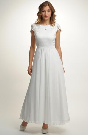 Bílé svatební šaty zdobené náročnou krajkou