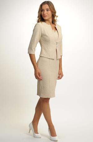 Elegantní dámský komplet s kabátkem.