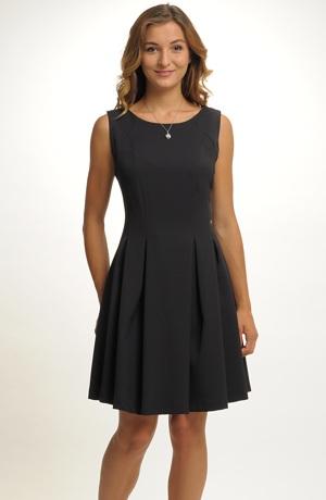 Elegantní malé černé koktejlové šaty v rozšířené siluetě. V nabídce jsou vel. 44.